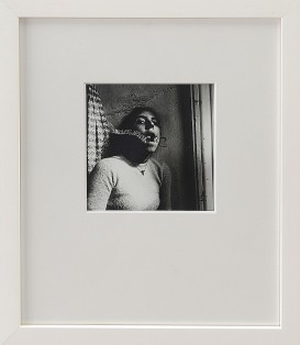 118-FRANCESCA WOODMAN [Denver (U.S.A.) 03/04/1958 - New York (U.S.A.) 19/01/1981]Self Portrait, Talking to Vince, Providence, Rhode Island, 1975-1978stampa alla gelatina ai sali d'argento 12,7x12,7 cm, firma dei genitori George e Betty Woodman e timbro della Woodman Foundation (New York) al retro.base d'asta: 2.000 €stima: 4.000/5.000 €