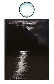 108-GIAN PAOLO STRIANO [Napoli 1977]La luna a Marechiaro, 2011stampa fotografia incorniciata, lente di fresnel, luce elettrica e ferro smaltato 200x105 cm, opera non firmata, dichiarazione d'autenticità dell'artista su foto.Esposizioni: Galleria Blindarte, Napoli, gennaio 2012.Bibliografia:-Artribune.com/report/2012/01/napoli-irredentabase d'asta: 1.000 €stima: 2.000/3.000 €