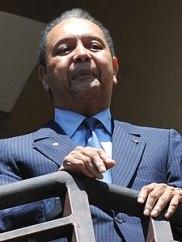 Ha 19 anni Jean-Claude Duvalier quando nel 1971 alla morte del padre Papa Doc diviene presidente. Lui è Baby Doc. Haiti è sotto la pressione di questa dinastia familiare. Jacques Gabriel non smette di credere nell'arte.