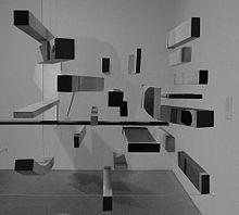Pasmore, nel 1947, punta dritto e convinto sull'astrazione folgorato da Mondrian e Paul Klee: ovvero la geometria del pensiero e l'astrazione che si sublima in pensiero esistenziale.