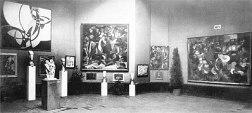 """Il """"Salon d'Automne"""" del 1912, tenuto a Parigi al Grand Palais dal 1 ottobre all'8 novembre. """"La Fuga in due colori"""" di Kupka è esposta a sinistra in alto. Altre opere che appaiono nella foto sono: Jean Metzinger. Joseph Csaky , Francis Picabia , Amedeo Modigliani e Henri Le Fauconnier ."""